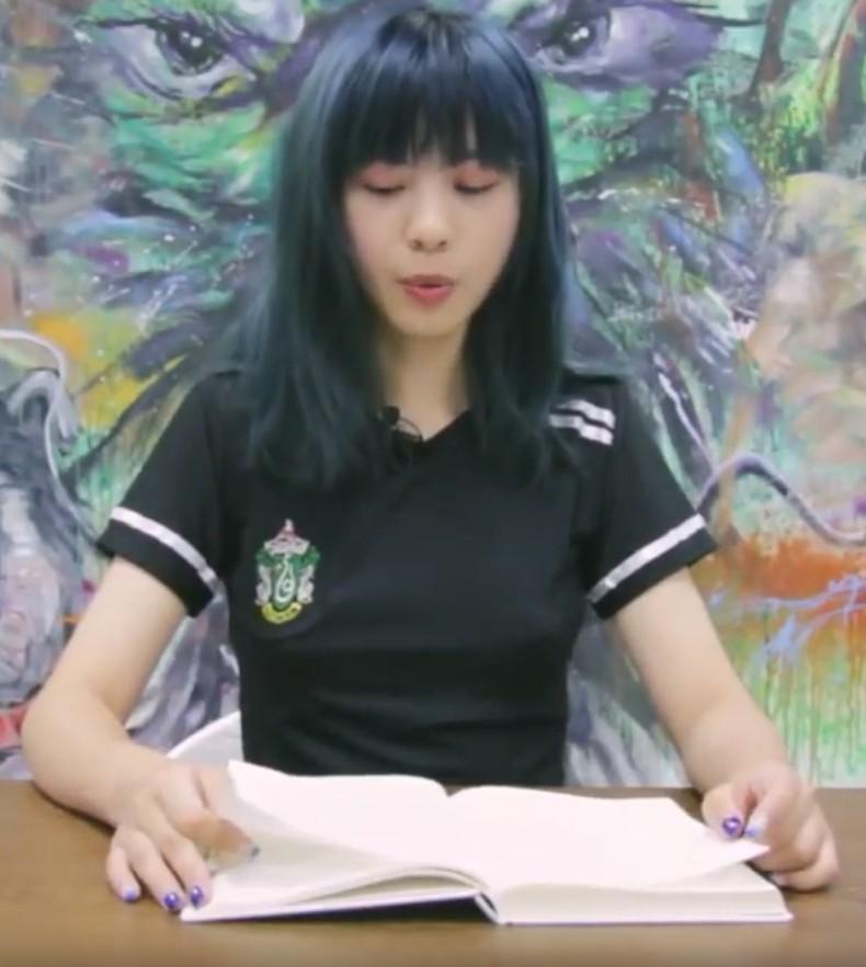 【跳蛋阅读】短发美女塞跳蛋阅读顾城《树枝的疏忽》,没几分钟就呻yin