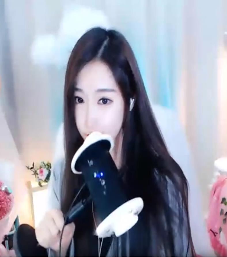 斗鱼夏喵娜2020最新火箭黑丝舔耳福利视频