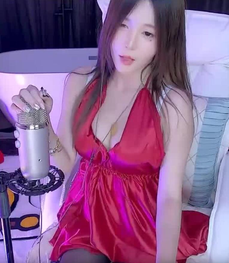 斗鱼傲娇的喵小八红睡裙